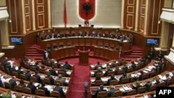 Parlamenti i Shqipërisë miraton marrëveshjen pozitë-opozitë