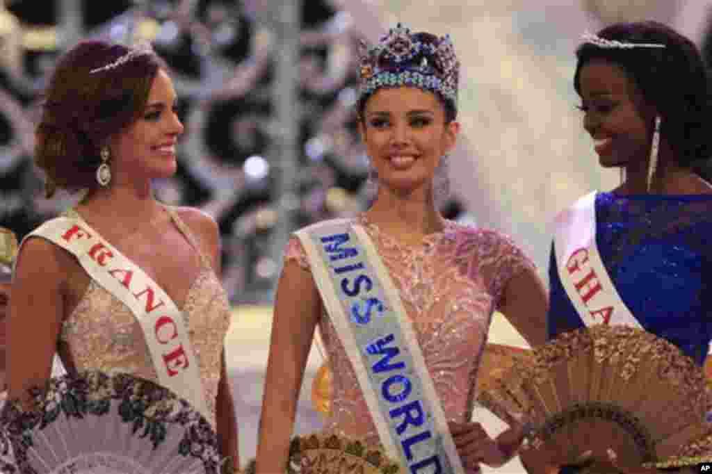 مس ورلڈ ۲۰۱۳ کا تاج پہننے والی میگن ینگ جن کا تعلق فلپائن سے ہے درمیان میں، اور دوسرے نمبر پر آنے والی مس فرانس مارین لورفیلائن بائیں طرف، اور تیسرے نمبر پر آنے والی مس گھانا کرانزا نا اوکیلے شوٹردائیں طرف مسکراتے ہوئے۔