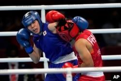 Petinju dari Filipina, Nesthy Petecio (kanan) melawan petinju dari Jepang, Sena Irie, dalam pertandingan final tinju kelas bulu 60 kg putri di Olimpiade Musim Panas 2020, Selasa, 3 Agustus 2021, di Tokyo, Jepang. (Foto AP/Themba Hadebe)