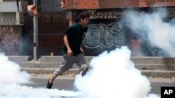 """Sobre la magnitud de las protestas en el país, Maduro especificó que se trata """"grupos violentos"""" que actúan """"en un municipio de Caracas y que serán derrotados con la unión cívico-militar""""."""