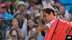 Petenis Swiss, Roger Federer, meninggalkan lapangan setelah kalah dari petenis Afrika Selatan, Kevin Anderson, dalam perempat final tunggal putra turnamen tenis Wimbledon, di London, Rabu, 11 Juli 2018.