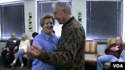 El centro de cuidados diurnos de Fairfax, Virginia, da atención a enfermos de Alzheimer y asesora a sus familiares.