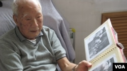 李普向记者介绍老照片(2009年9月2日,美国之音张楠拍摄)