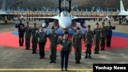 박근혜 한국 대통령이 30일 강원도 원주비행장에서 열린 '국산전투기 FA-50 전력화 기념식'에서 전투기를 배경으로 기념촬영하고 있다.