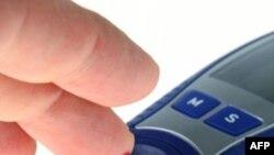 Bệnh nhân tiểu đường kiểm tra mức glucose trong máu