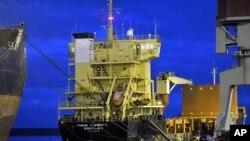 """""""自由雷神""""號貨輪去年12月21日停靠在芬蘭科特卡的港口上"""