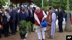 PM India Narendra Modi menanam pohon di pemukiman yang didirikan Mahatma Gandhi di pinggiran Durban, Afrika Selatan, 9 Juli 2016. Modi tengah menjalani kunjungan ke empat negara di Afrika.