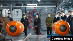 2020年12月15日,台灣總統蔡英文登上布雷艇視察。 (照片來源:台灣總統府網站)