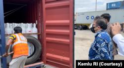 Perwakilan Indonesia saat menyerahkan bantuan oksigen ke India pada Selasa, 08 Juni 2021 di pelabuhan Nhava Sheva. (Foto: Kemlu RI)