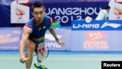 Pebulutangkis Malaysia Lee Chong Wei mengembalikan pukulan pemain Irlandia Scott Evans (tidak terlihat dalam gambar) dalam putaran pertama kejuaraan Bulutangkis Dunia 2013 di Guangzhou, Guangdong (5/8).