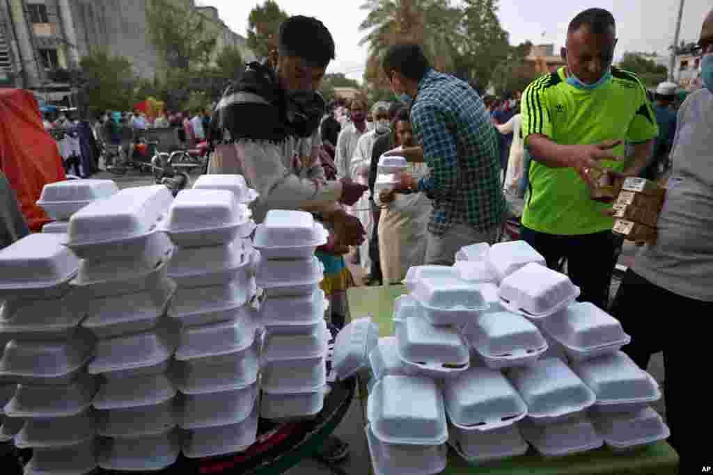 داوطلبان در حال توزیع بستههای افطاری در میان روزهداران در راولپندی، پاکستان