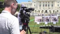 国会山前纪念六四30年大型集会上展示在六四事件受害者的照片