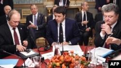 ນາຍົກລັດຖະມົນຕີ ອີຕາລີ ທ່ານ Matteo Renzi (ກາງ) ປະທານາທິບໍດີ ຣັດເຊຍ ທ່ານ Putin (ຊ້າຍ) ແລະ ປະທານາທິບໍດີ ຢູເຄຣນ ທ່ານ Poroshenko (ຂວາ) ໃນລະຫວ່າງກອງປະຊຸມ.