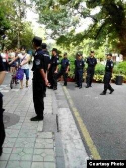 """警察在工厂维稳 (新浪微博""""新生鞋厂工友维权"""")"""