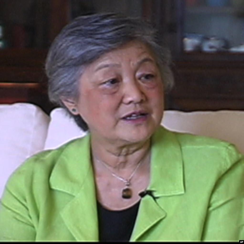 """章含之2006年接受美國之音專訪的視頻截圖。 過去對美國深鎖國門的毛澤東主席為什麼對堅決反共的美國總統尼克松敞開大門? 章含之在接受美國之音專訪時表示,這是出於毛澤東對蘇聯的恐懼。 被稱為中國""""末代名媛""""的章含之是中國民國時代高官和後來的民主人士章士釗的養女,也做過毛澤東的英文教師,還是中國著名外交官喬冠華的妻子。 章含之參與過對尼克松總統的接待,當過翻譯,是美中建交談判的見證人。"""