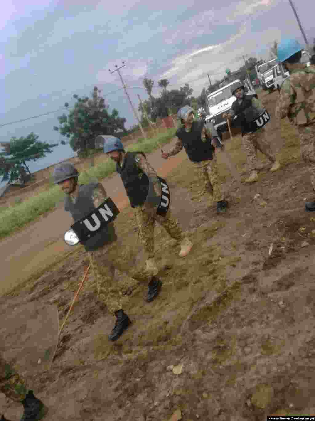 Walinda amani wa MONUSCO wakiwashinikiza wakimbizi wa Burundi kuelekea Rwanda kutoka DRC