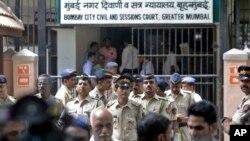 Polisi India melakukan pengamanan gedung pengadilan saat berlangsungnya sidang putusan terhadap tersangka terroris dalam serangan tahun 1993 di Mumbai, India, Kamis (7/9).