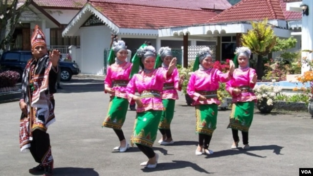 Tari Munalo, tari penyambutan dari Gayo Aceh. Aceh siap membuka Festival Danau Laut Tawar  untuk memeriahkan Tahun Kunjungan Aceh 2013.
