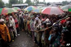 کانگو کے پناہ گزین امدادی خوارک کے انتظار میں قطار میں کھڑے ہیں۔ فائل فوٹو