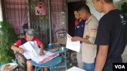 Karena alasan kesehatan, Manasigi Dongalemba (71 tahun, kiri) seorang lansia terpaksa mencoblos di rumahnya dalam Pemungutan Suara Ulang di TPS 4, Desa Watuawu, Kabupaten Poso. (Foto: VOA/Yoanes Litha)
