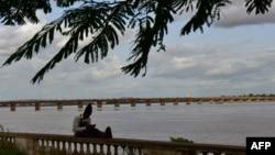 Un homme est assis sur les rives du fleuve Niger, à Bamako, le 31 juillet 2018.