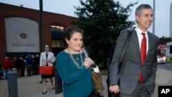 维吉尼亚大学行政人员妮科尔·埃拉默(左)在结束了状告《滚石》诽谤案的最后陈述后与律师一道离开位于维吉尼亚州夏洛特维尔的联邦法庭。(2016年11月1日)