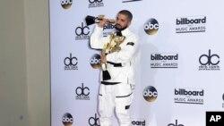 Drake posa en la sala de prensa con sus 13 premios en la ceremonia de entrega de los premios Billboard, en el T-Mobil Arena, en Las Vengas, Nevada, el domingo, 21 de mayo de 2017.