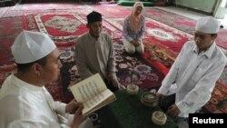 Tân Cương là nơi sinh cư của nhiều nhóm dân tộc thiểu số khác nhau, bao gồm người Hồi giáo Uighur, chiếm 45% dân số trong vùng