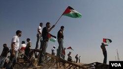 Manifestantes palestiinos protestan cerca de la frontera entre Gaza e Israel.