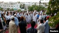 Dân chúng Pakistan tham dự tang lễ của bà Zhara Shahid Hussain, Phó Chủ tịch Đảng PTI, tại Karachi, ngày 19/5/2013.