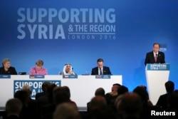 ເລຂາທິການໃຫຍ່ຂອງອົງການສະຫະປະຊາຊາດ ທ່ານ Ban Ki-moon (ຂວາ) ກ່າວຕໍ່ກອງປະຊຸມ ໃນຂະນະທີ່ນາຍົກລັດຖະມົນຕີ ນໍເວ ທ່ານ Erna Solberg, ນຍ. Angela Merkel, ປະມຸກ Kuwait, Sheikh Sabah al-Ahmad al-Sabah ແລະ ນຍ. David Cameron (ຊ້າຍຈາກຂວາ) ຮັບຟັງທີ່ກອງປະຊຸມ.