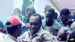 Kiongozi wa kambi ya upinzani nchini Tanzania, Freeman Mbowe katikati akizungukwa na wananchi