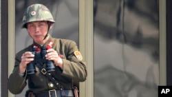 一名朝鮮士兵4月4日在休戰村觀望韓國一方.