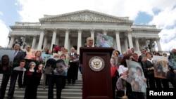 Le leader de la minorité démocrate au Sénat Chuck Schumer anime un point de presse sur les efforts pour l'abrogation d'Obamacare, la loi sur l'assurance médicale abordable, au Capitol, Washington, 27 juin 2017.
