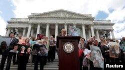 Le chef de file de la minorité démocrate au Sénat Chuck Schumer anime un point de presse sur les efforts pour l'abrogation d'Obamacare, la loi sur l'assurance médicale abordable, au Capitol, Washington, 27 juin 2017.