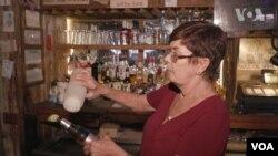 Сьюзан Шауман - власниця бару, мер міста Бандера