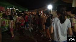 香港市民在支联会的摊位前排队参加猜灯谜活动 (美国之音谭嘉琪)