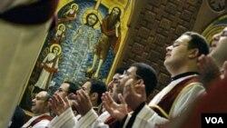 En la catedral de San Marcos de la Iglesia Ortodoxa Cóptica del Cairo, los sacerdotes celebran la misa de la Navidad.