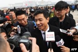 2018年3月3日,百度公司首席执行官李彦宏抵达北京人民大会堂出席中国人民政治协商会议(政协)开幕式。