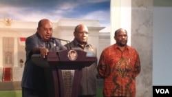 Gubernur Papua Lukas Enembe (kiri) memberikan keterangan pada pers di Kantor Presiden usai bertemu dengan Presiden Susilo Bambang Yudhoyono. (VOA/Andylala Waluyo)