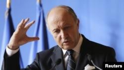 Ngoại trưởng Pháp Laurent Fabius nói rõ ràng là chúng ta thấy thiếu quân bình giữa chế độ Assad có võ khí mạnh do Iran và Nga cung cấp, trong khi phe nổi dậy không có võ khí tương tự
