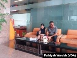 Feni dan ayahnya, salah seorang keluarga penumpang pesawat Lion Air JT610, mendatangi kantor Basarnas di Kemayoran untuk mendapatkan informasi tentang adiknya, Jakarta, Senin, 29 Oktober 2018. (Foto: Fathiyah Wardah/VOA)