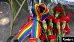 在美国驻莫斯科大使馆前悼念奥兰多枪杀案遇难者的花束和蜡烛。