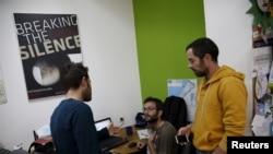 """Les employés de l'ONG """"Breaking the Silence"""" travaillent dans les bureaux de Tel-Aviv, Israël, le 16 décembre, 2015."""