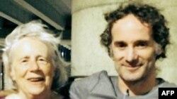 Peter Theo Curtis junto a su madre Nancy Curtis en el aeropuerto Boston Logan International, luego de llegar procedente de Tel Aviv y Newark el martes 26 de agosto.