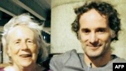 پیتر کورتیس، خبرنگار آمریکایی آزاد شده، در کنار مادرش نانسی کورتیس - ۴ شهریور ۱۳۹۳