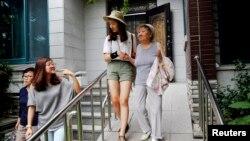 """一名志愿者帮助韩国前""""慰安妇""""吉元玉去往每周三在首尔进行的抗议活动,要求日本政府道歉赔偿。(2015年7月22日)"""
