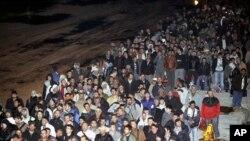 Stotine turskih državljana na radu u Libiji čekaju ukrcavanje na brod Orhan Gazi u luci Benghazi, 23.2. 2011. (AP Photo/Berk Ozkan, Anatolia)