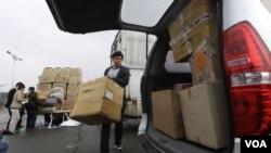 400 viên quản đốc người Nam Triều Tiên còn ở lại Kaesong buộc phải ngưng các hoạt động tại công xưởng của họ vì tất cả các công nhân người Bắc Triều Tiên không ai đến làm việc.