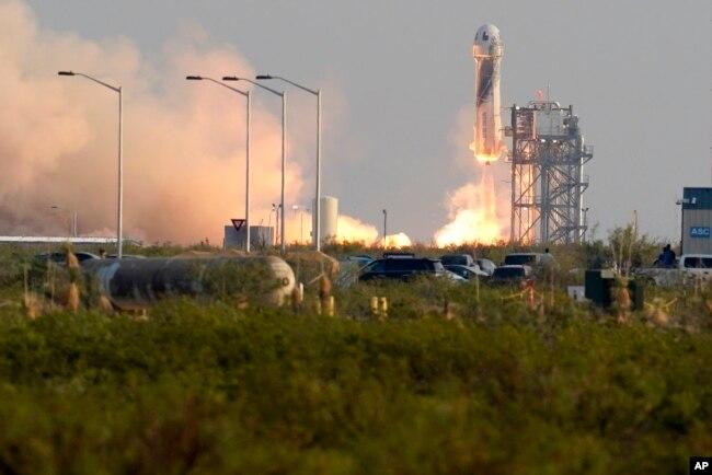 Roket New Shepard Blue Origin diluncurkan membawa penumpang Jeff Bezos, pendiri Amazon dan perusahaan pariwisata ruang angkasa Blue Origin, saudara Mark Bezos, Oliver Daemen dan Wally Funk, dari pelabuhan antariksa di dekat Van Horn, Texas, Selasa, 20 Juli 2021. (AP)